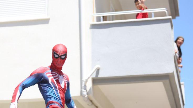 Antalyalı Örümcek Adam bayramda şeker dağıttı