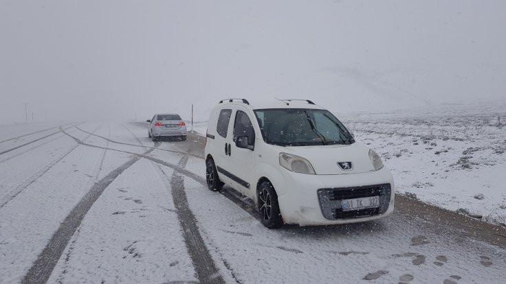 Erzincan'da kar ve tipi ulaşımı aksattı