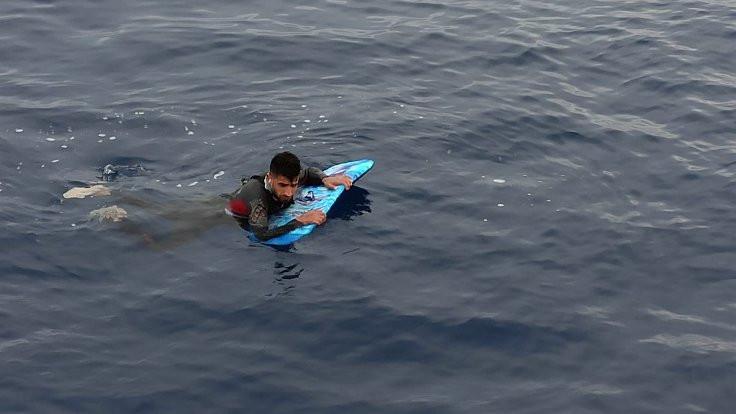 Sörf tahtalı göçmen yakalandı