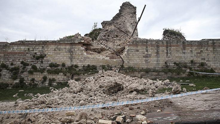 Topkapı'da tarihi sur çöktü