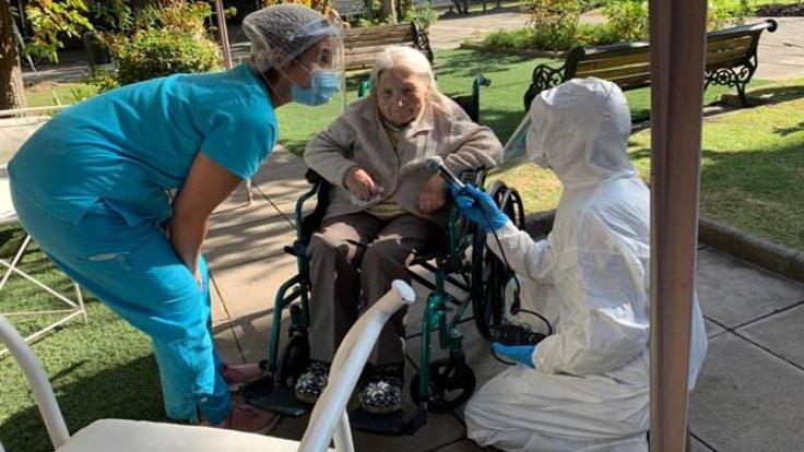 111 yaşındaki Juanita koronayı atlattı