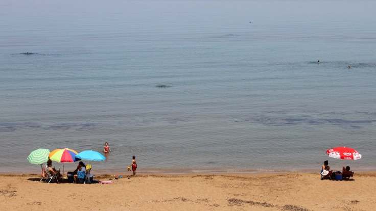 KKTC'de plaj, restoran, kafe ve berberler açıldı