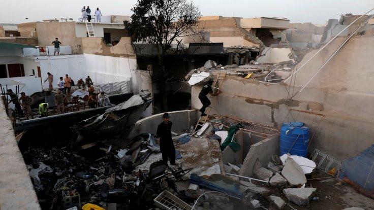 Pakistan'da uçak kazası: 97 kişi öldü