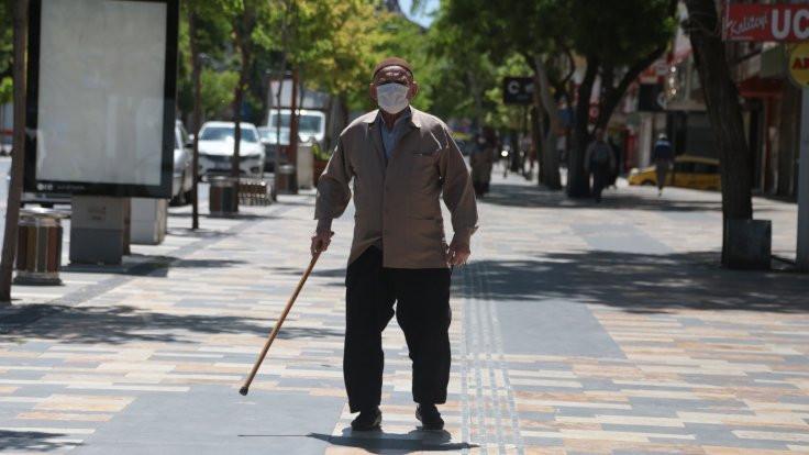 65 yaş üstü kişiler yedi hafta sonra sokağa çıktı