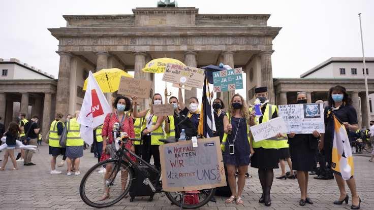 Lufthansa çalışanları sokakta: Korkuyoruz