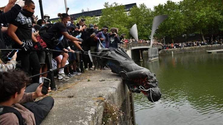 Bristol'de köle tacirinin heykeli nehre atıldı
