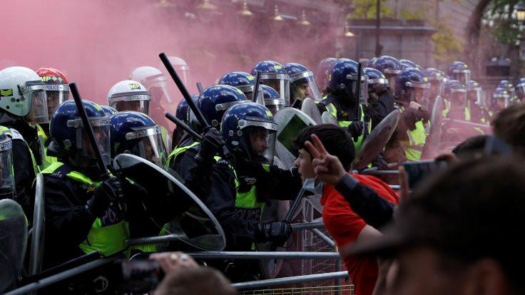 Londra'da aşırı sağcı gruplar polisle çatıştı