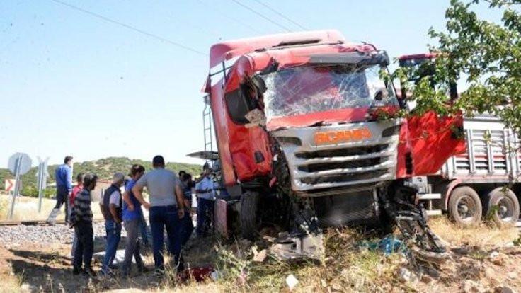 Tren TIR'a çarptı: Şoför öldü