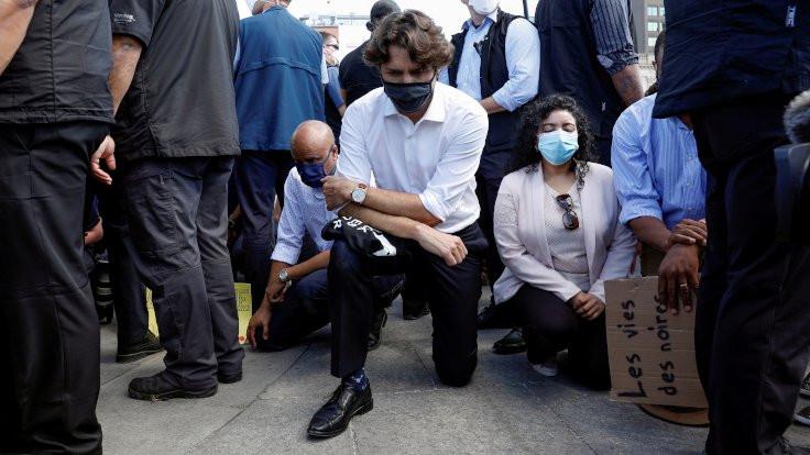 Trudeau protestocularla beraber diz çöktü
