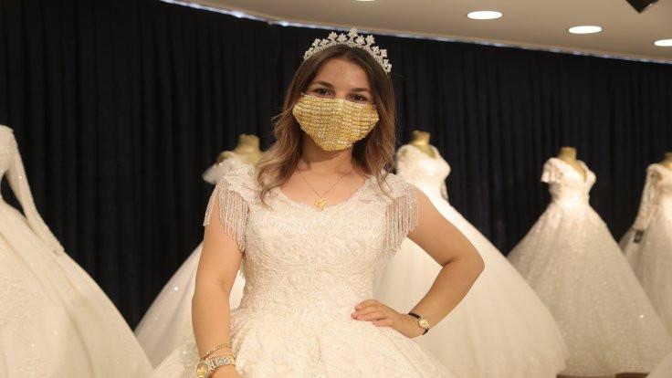 Gelinler için altın işlemeli cerrahi maske