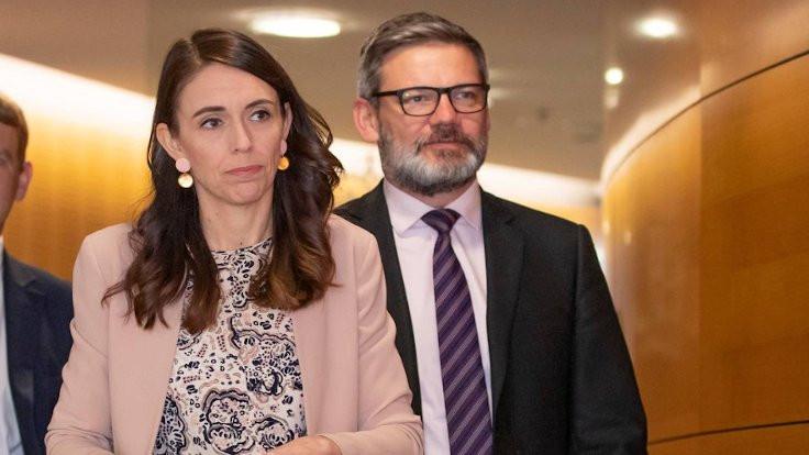 Personeliyle ilişki yaşayan bakanı kovdu