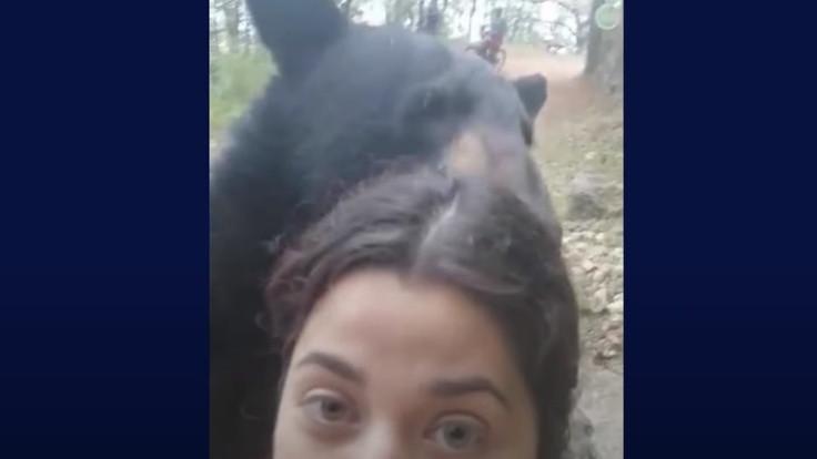 Yürüyüşte karşısına çıkan ayıyla selfie çekti