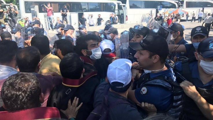 Polis baro başkanlarına saldırdı