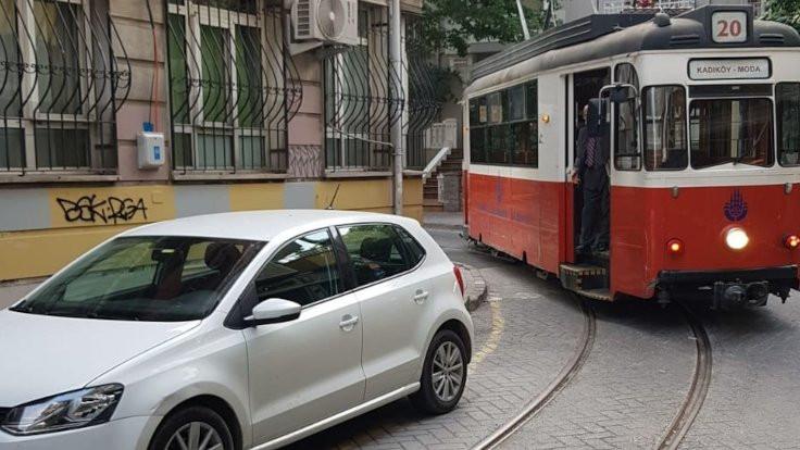 Moda Tramvayı gidemiyor: Yolda araba var