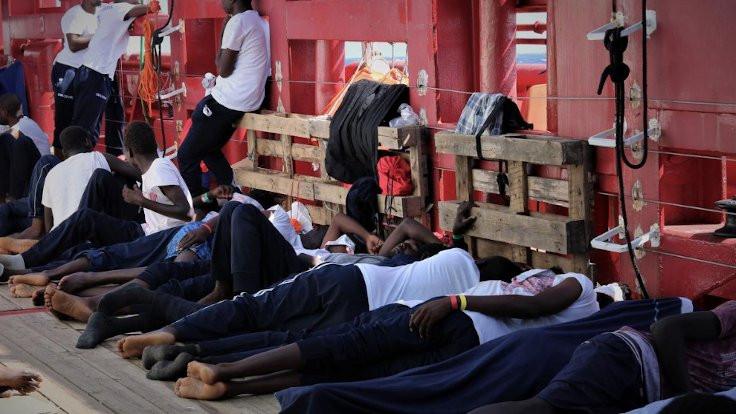 Sığınmacıları taşıyan gemiden yardım çağrısı