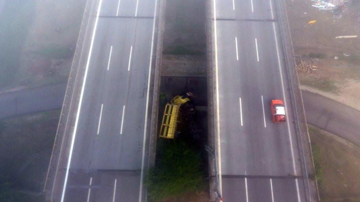 Biber yüklü TIR köprüden düştü