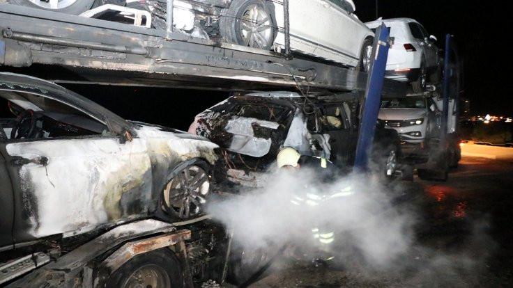 Sıfır araç yüklü tırda yangın