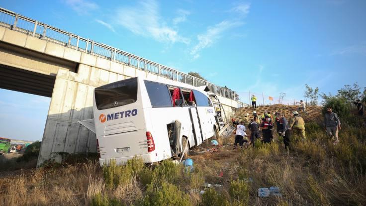 Yolcu otobüsü duvara çarptı: 5 ölü