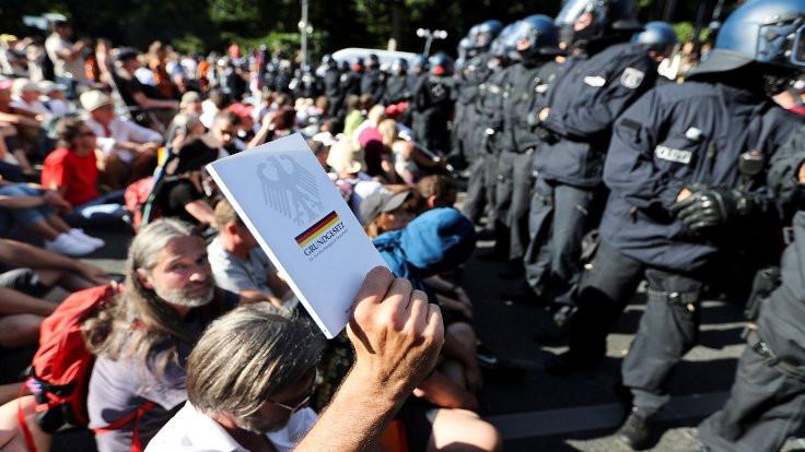 Nazi esinli korona protestosu tepki çekti