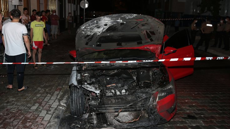 Küçükçekmece'de 2 araç yandı