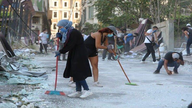 Beyrut'ta halk temizlik için sokaklarda