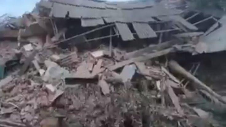 Hindistan'da bina çöktü: Onlarca kişi enkaz altında