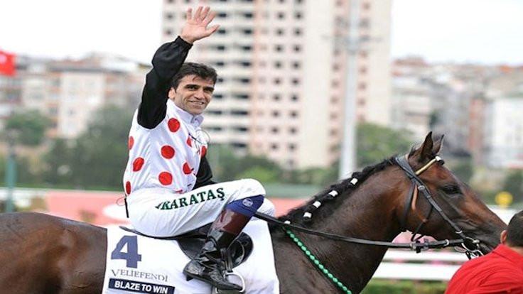 Jokey Halis Karataş bindiği atı yumrukladı