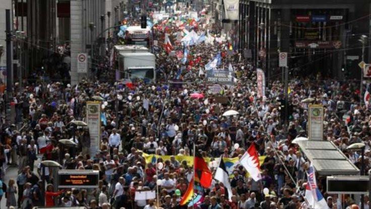 Korona kısıtlamalarına Nazi bayraklı protesto