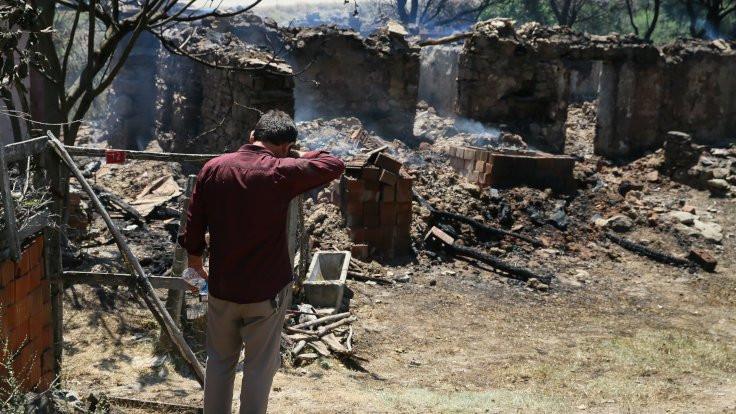 Manisa'daki yangında 10 ev yandı