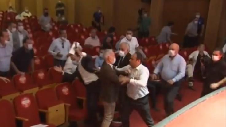 Adana belediye meclisinde kavga çıktı