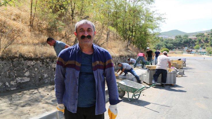 100 gönüllü parke taşı döşedi