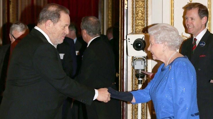 Kraliçe, Weinstein'a verdiği nişanı geri aldı