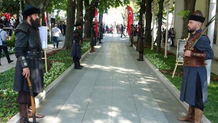 Bursa'da askerler türbe nöbetinde