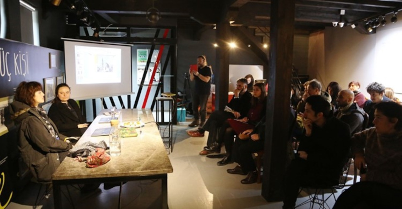 Çağdaş Sanat Konuşmaları'na konuk olan Nilbar Güreş ve küratör Kevser Güler