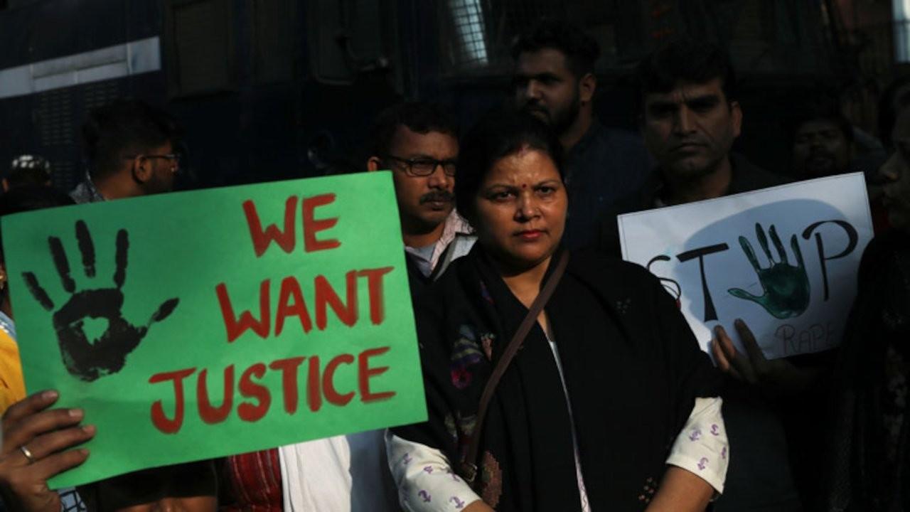 Hindistan'da dört kişinin cinsel saldırısına uğrayan kadın öldü