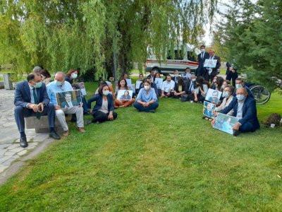 HDP'liler tutukluların fotoğraflarıyla oturma eylemi yapıyor.