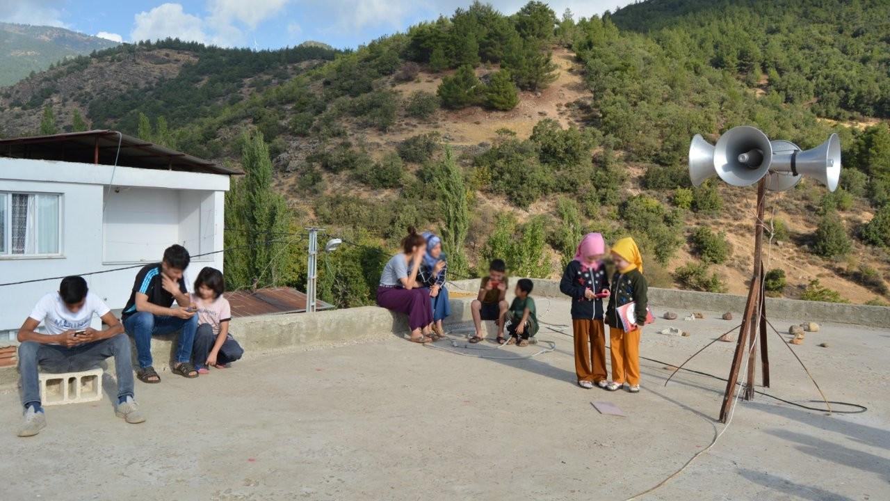 İnterneti çekmeyen köyde öğrenciler cami damında ders yapıyor