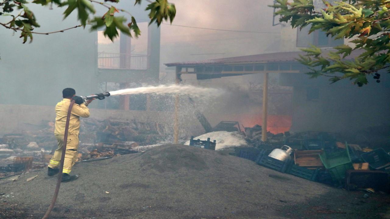 Hatay'daki yangın konutları tehdit ediyor
