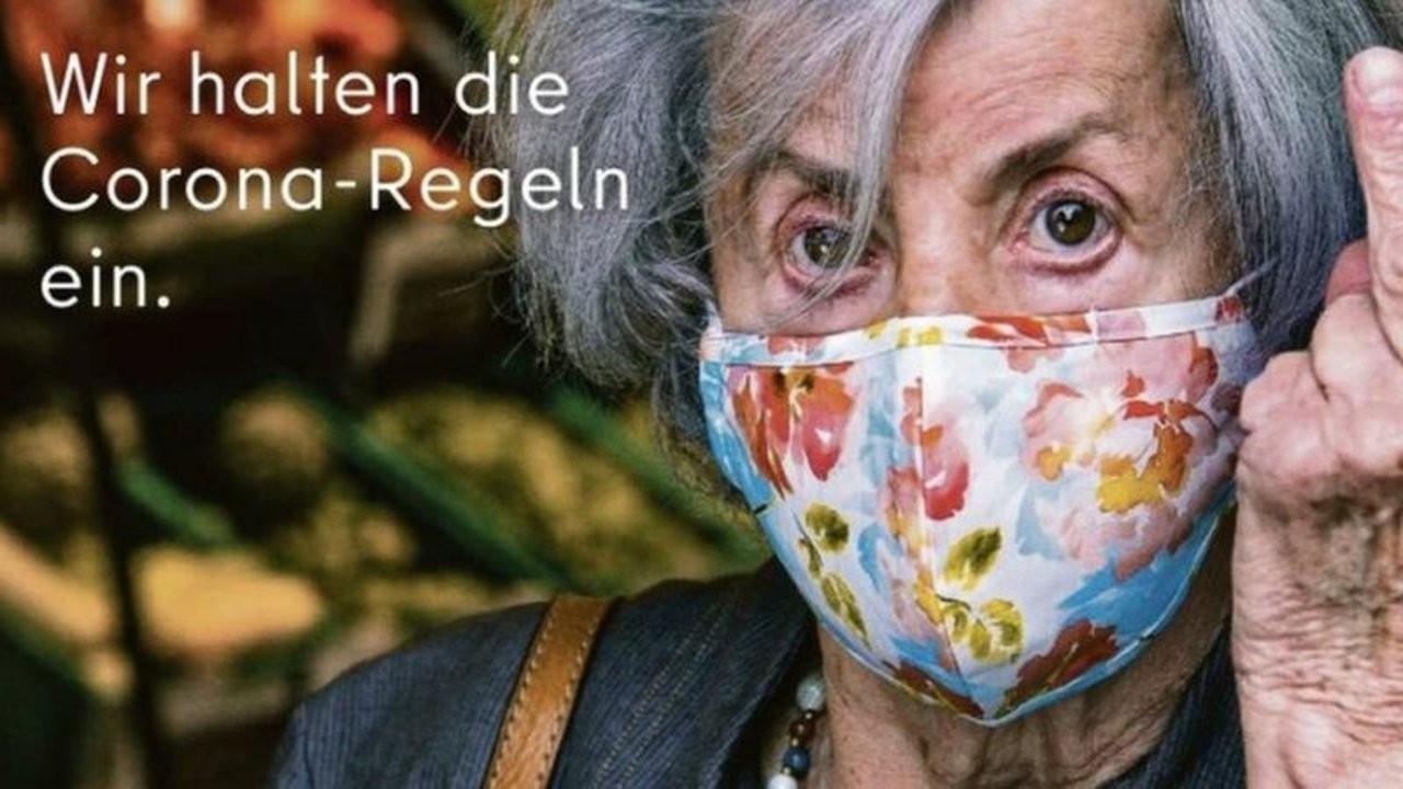 Berlin'de maske karşıtlarına 'orta parmak'