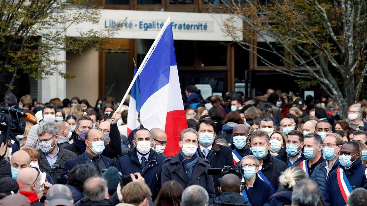Fransa'da öldürülen öğretmenle dayanışma eylemi