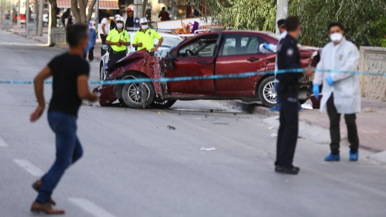Kaldırımda yürüyen aileye otomobil çarptı: Baba ile oğlu öldü