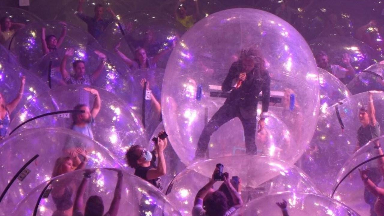 Pandemi konseri: Müzisyenler ve seyirciler baloncukların içine girdi