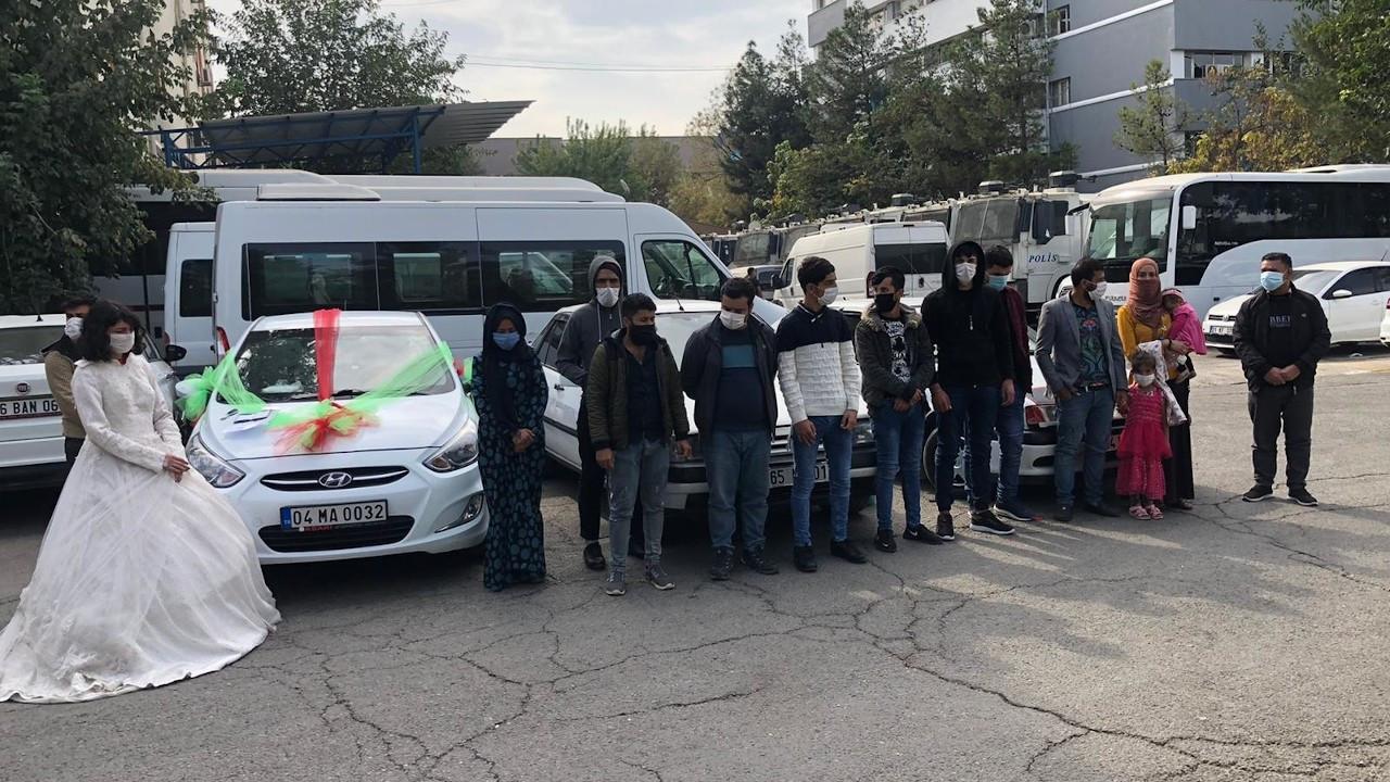 Sahte düğün konvoyunda 16 göçmen yakalandı