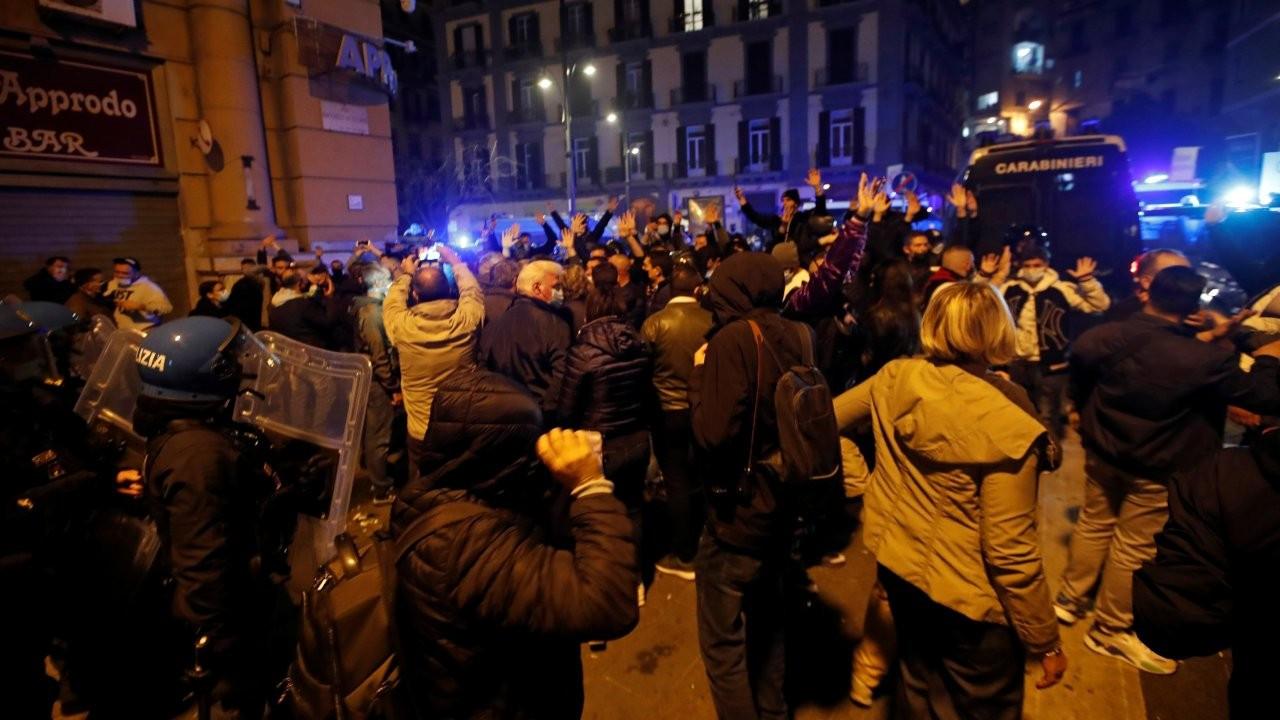 Napoli'de sokağa çıkma yasağı protesto edildi