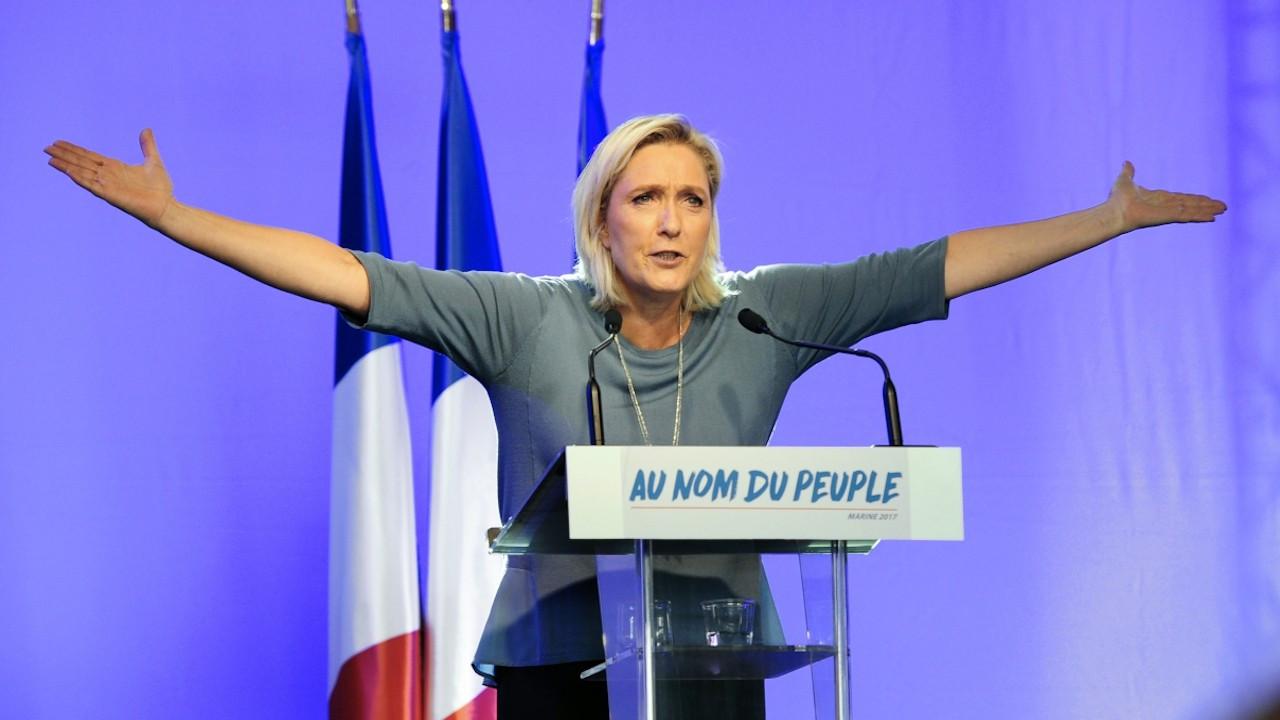 Le Pen'den 'başörtüsü yasaklansın' çağrısı
