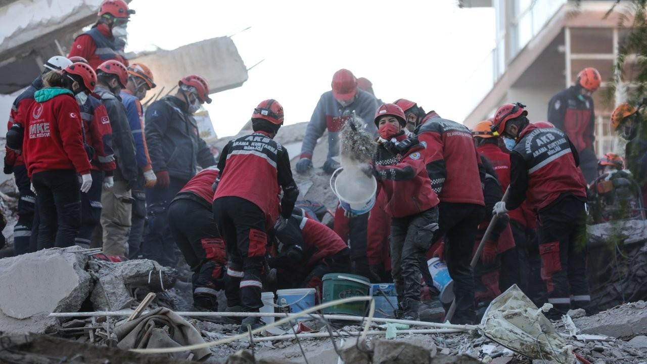 İzmir'de 8 enkazda arama-kurtarma çalışmaları sürüyor