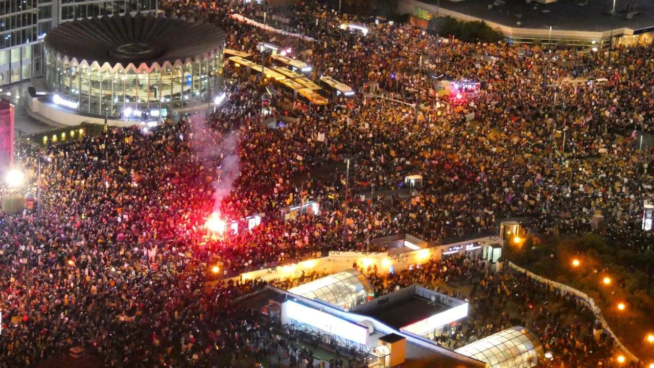 Protestoların sürdüğü Polonya'da kürtaj yasağı ertelendi