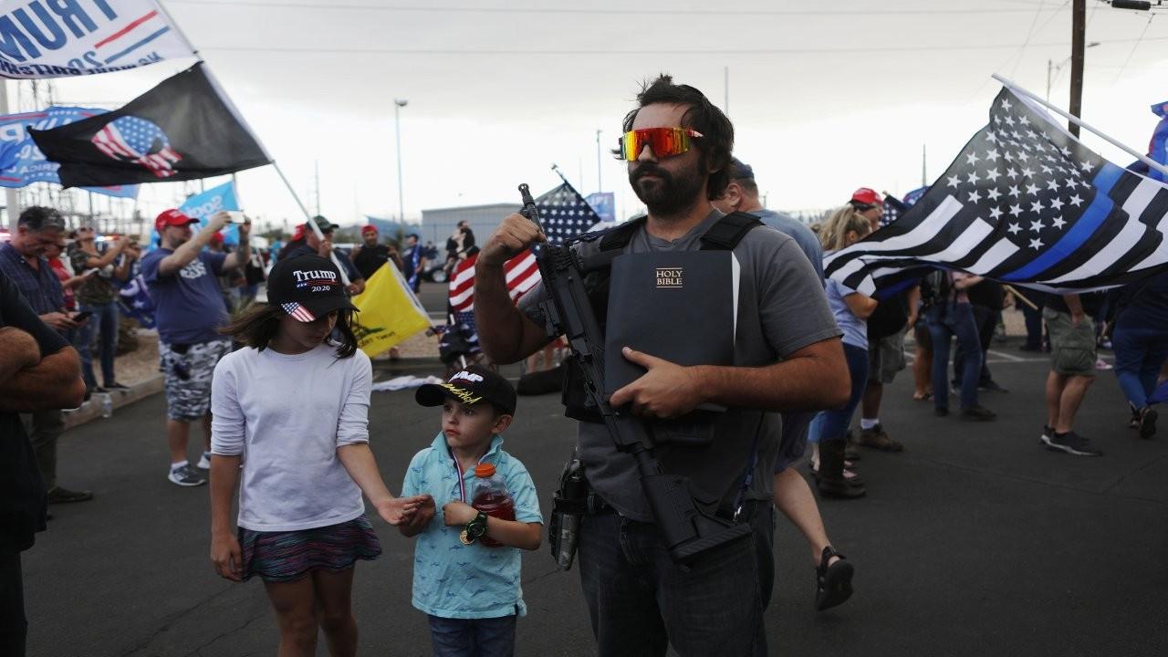 Trump'ın silahlı destekçileri 'medya darbesi' iddiasıyla sokakta