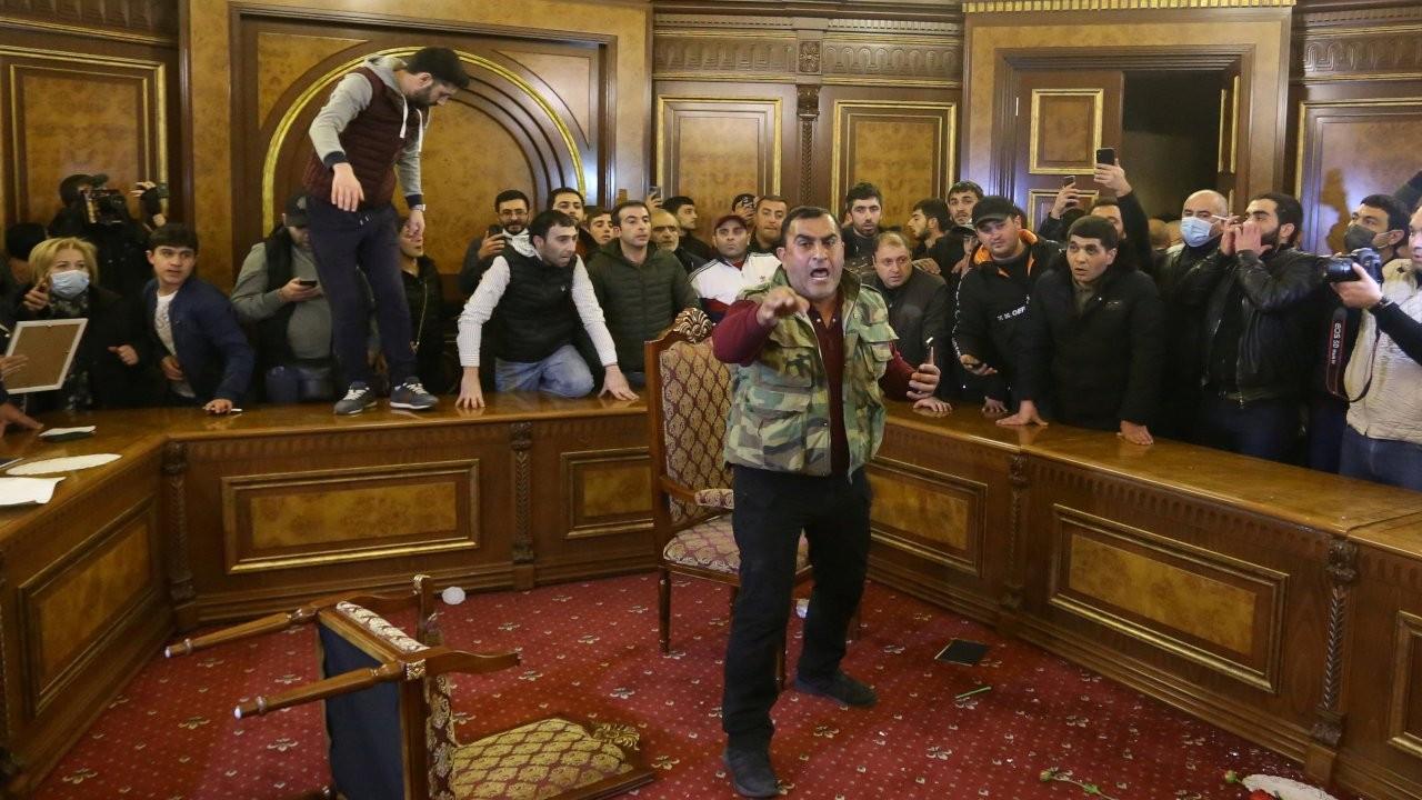 Ermenistan'da halk hükümet binasına girdi