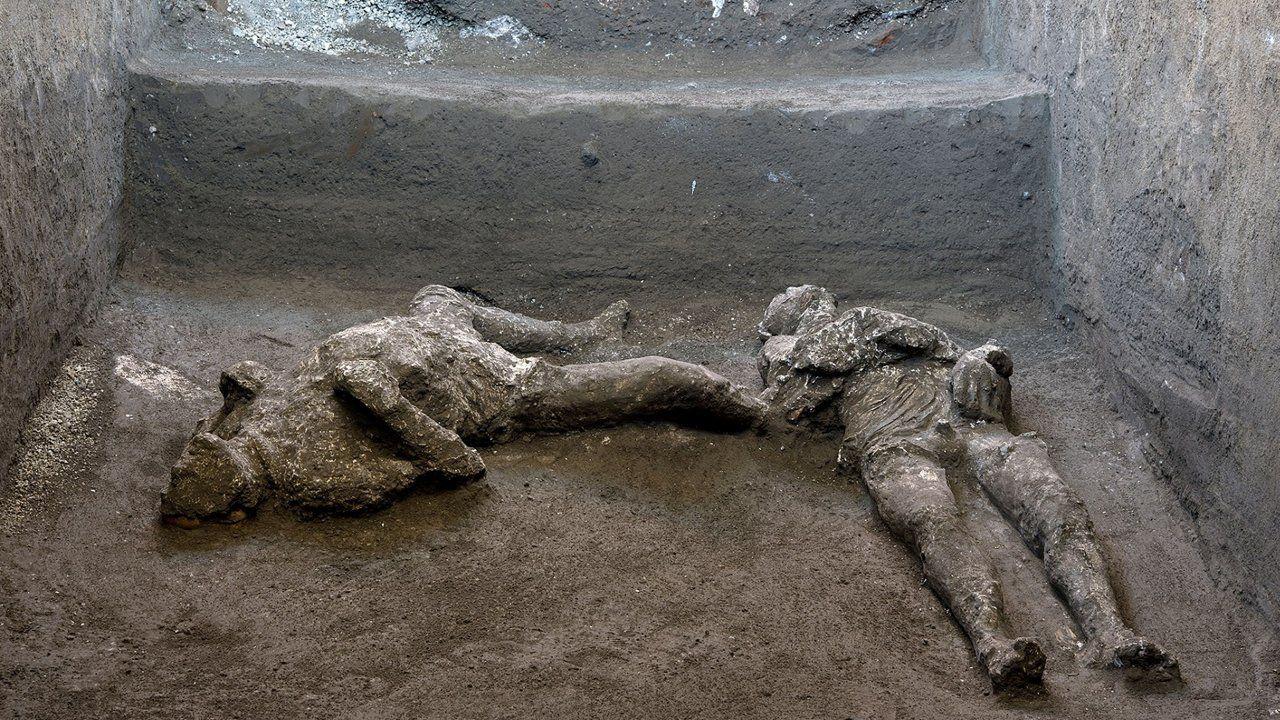 Pompeii'de yüzlerce yıl sonra büyük keşif: Külle kaplı iki cansız beden bulundu - Sayfa 1